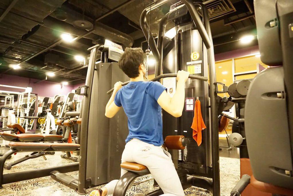 背筋,背中、トレーニング,ラットプルダウン