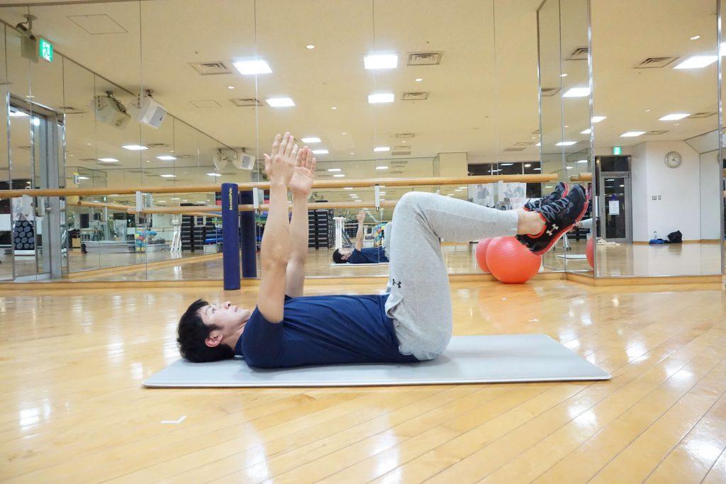 体幹トレーニング・デッドバグ