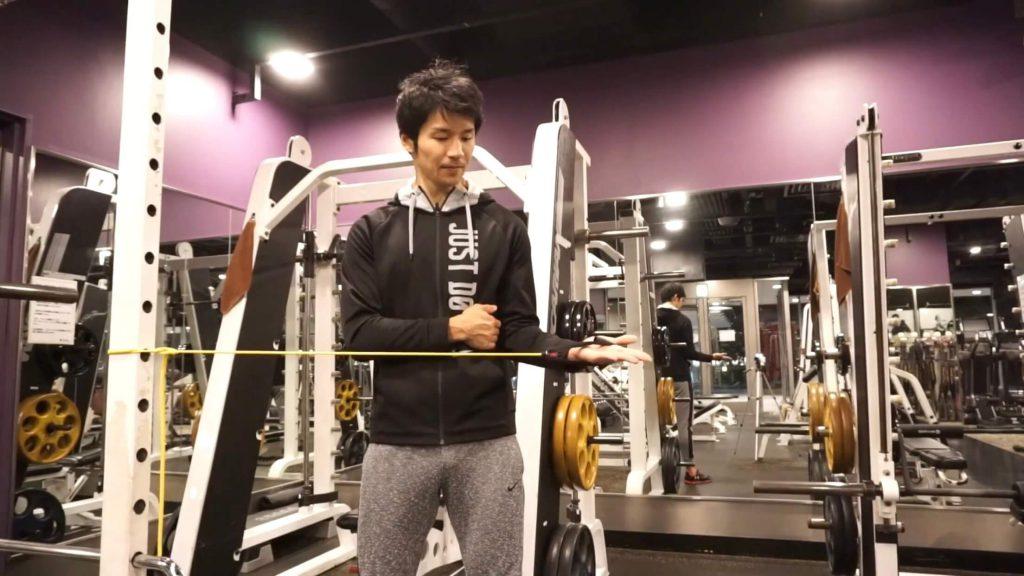 左肩の痛みを解消するチューブトレーニング(フィニッシュ)